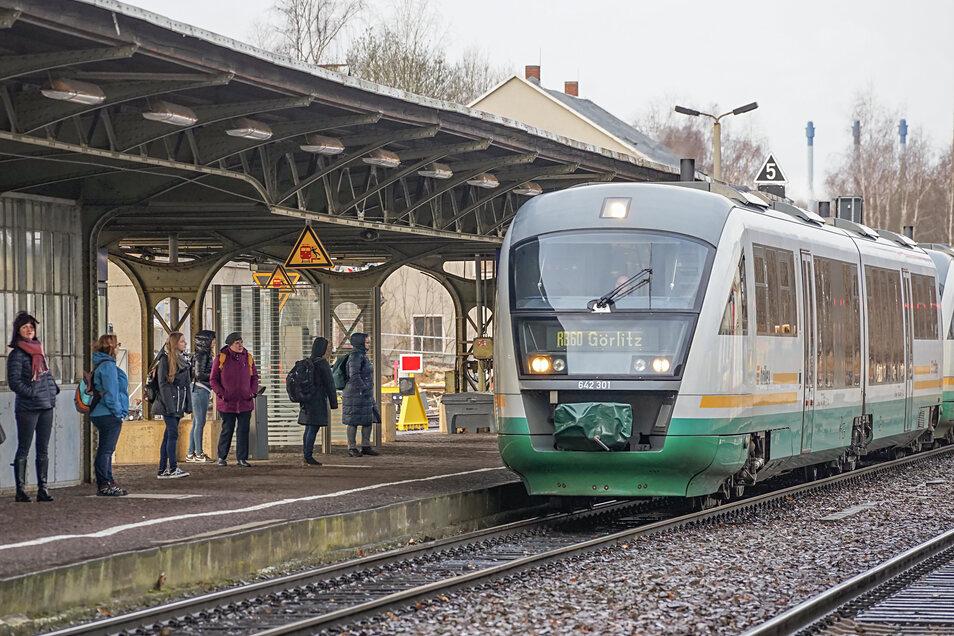 Auf den Trilex-Strecken zwischen Dresden und Zittau sowie zwischen Dresden und Görlitz - das Foto zeigt einen Zug am Bahnhof Bischofswerda - läuft der Bahnverkehr nach dem Sturm wieder an.