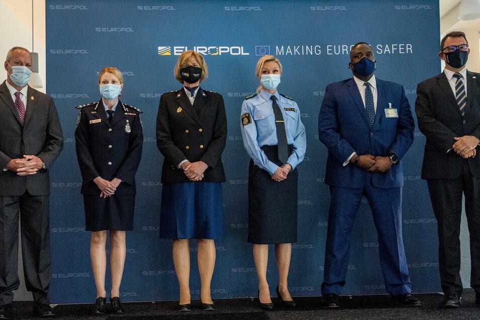 Mitglieder von Europol bei der Pressekonferenz über die bisher größte internationale Aktion von Polizei und Justiz gegen die organisierte Kriminalität.