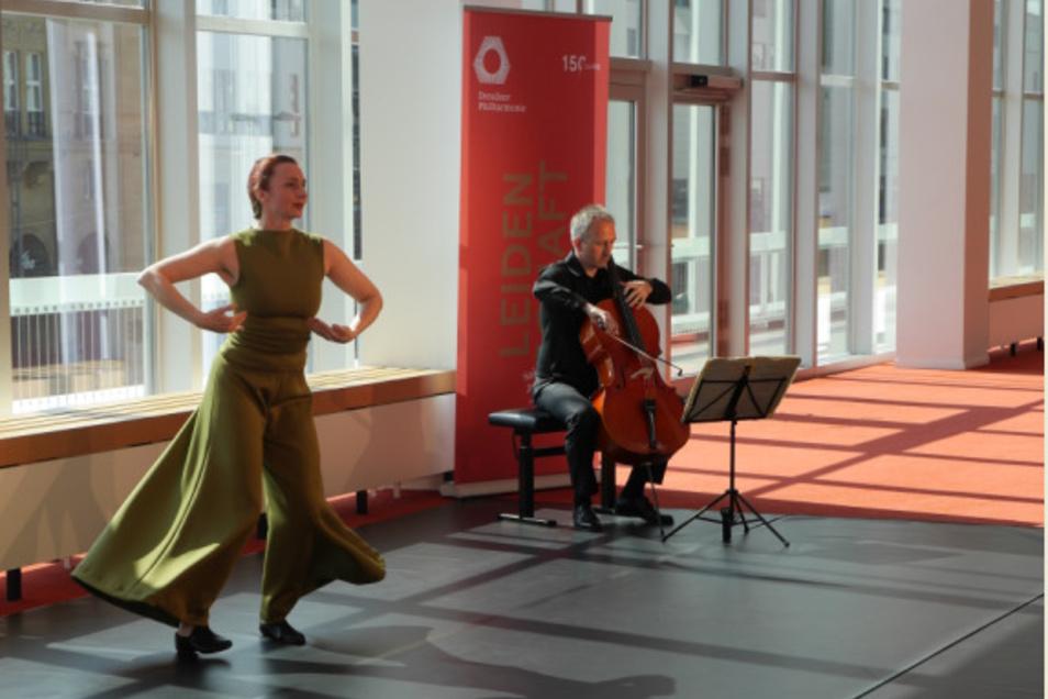 """Im Foyer des Dresdner Kulturpalastes nehmen Philharmonie-Cellist Daniel Thiele und die Tänzerin Katja Erfurth gemeinsam einen Clip für die Online-Reihe """"phil zu zweit"""" auf."""