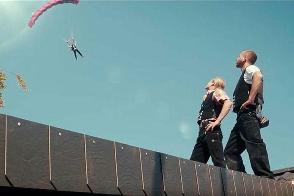 Filmemacher Rico Hoffmann ließ für einen der Werbespots sogar einen Fallschirmspringer landen. Der Film kam bei Youtube besonders gut an.