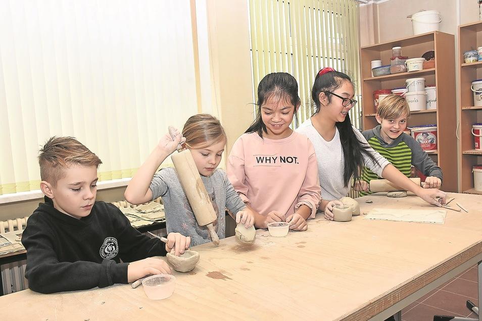 Friedrich, Katharina, Anna, Thanvan und Johannes (von links) formten ihre Keramik im Kreativkabinett des Landau-Gymnasiums am Tag der offenen Tür.
