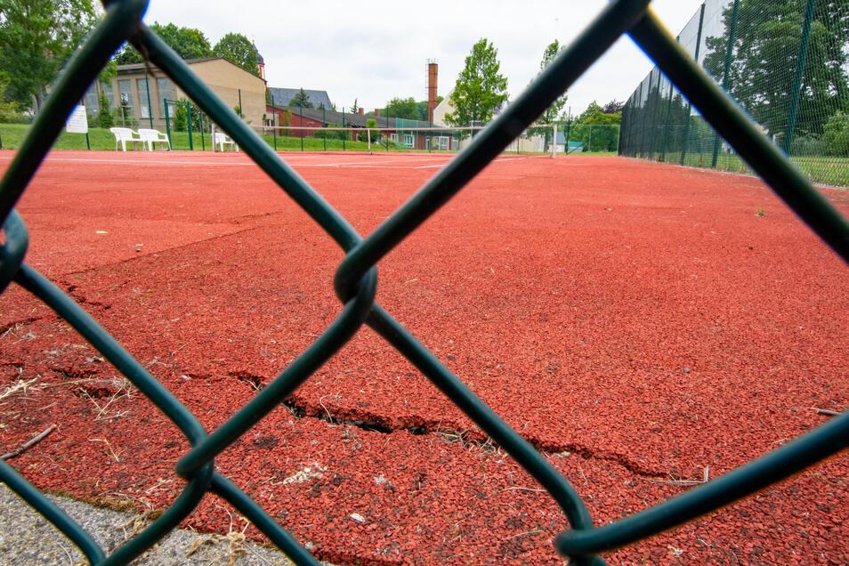 Der Tennisplatz in Schrebitz weist Risse auf.
