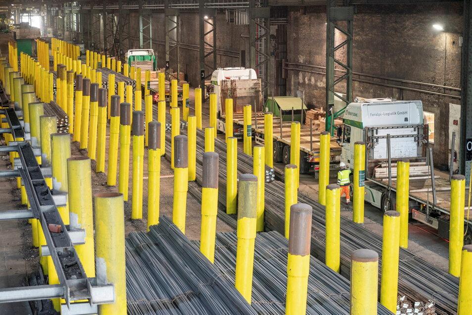 Blick in die Versandhalle von Feralpi in Riesa. Das Unternehmen will künftig effektiver produzieren - und plant deshalb auch eine neue Halle.