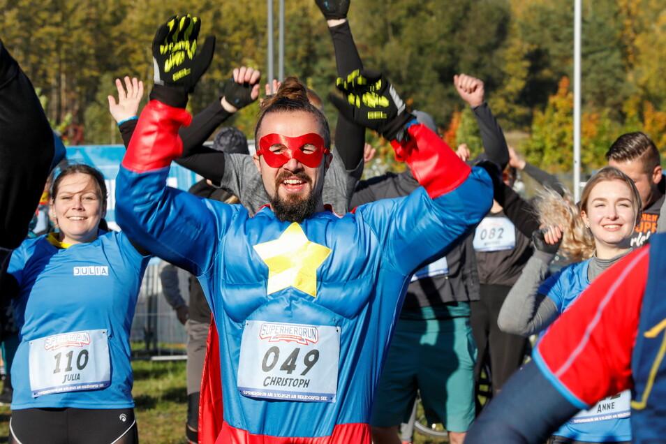 Einige der 300 Teilnehmer am SuperHeroRun am Wochenende am Berzdorfer See starteten verkleidet als Superman.