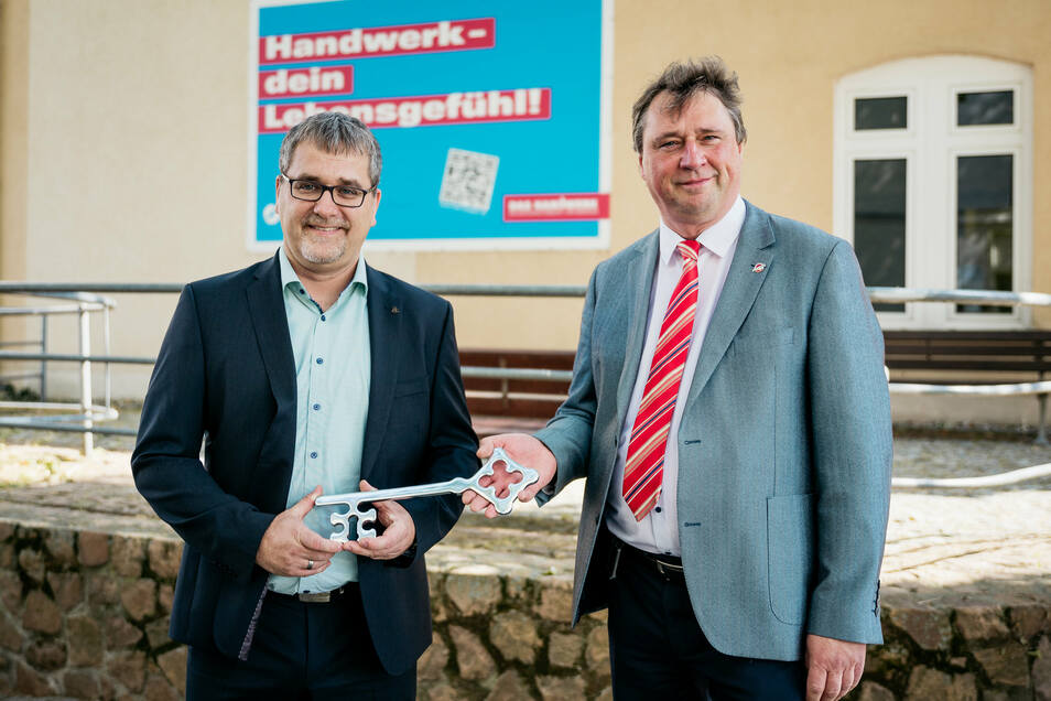Die Freude steht Stema-Prokurist Marcus Antrack (links) und Geschäftsführer Michael Jursch ins Gesicht geschrieben. Nach der Schlüsselübergabe wird sich das Unternehmen jetzt erweitern.