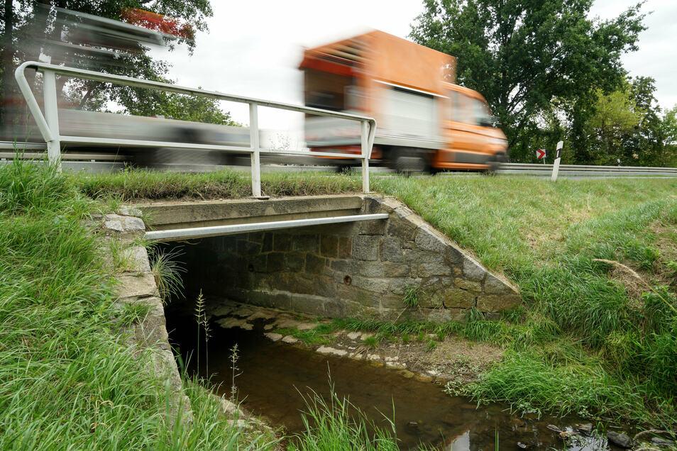 In Wurschen soll diese Brücke über das Kuppritzer Wasser in der Weißenberger Straße erneuert werden. Bevor die Arbeiten im Frühjahr starten, wird jetzt die Umleitungsstrecke in Ordnung gebracht.