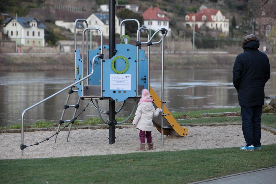 Spielplatz auf den Pirnaer Elbwiesen: Es darf wieder getobt werden.