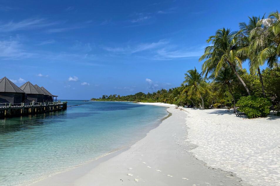Fußabdrücke sind am leeren Strand auf der Insel Kuredu (Malediven) zu sehen.