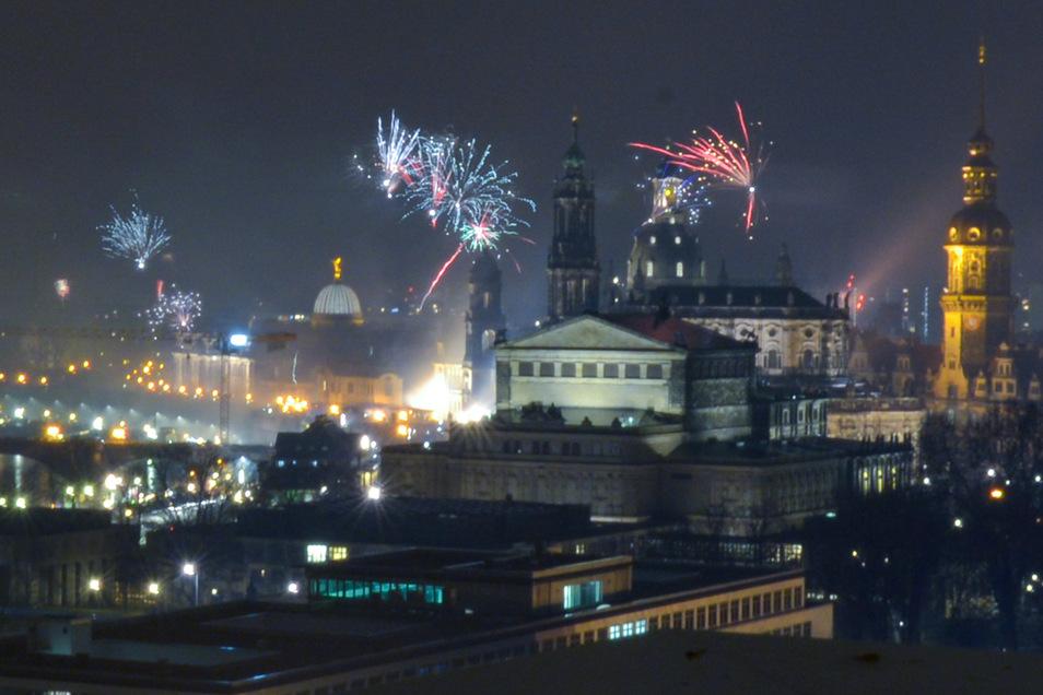 Ein gewohntes Bild zum Jahreswechsel, dass auch diesmal zu sehen sein wird: Böller und Raketen in Dresdens Innenstadt.