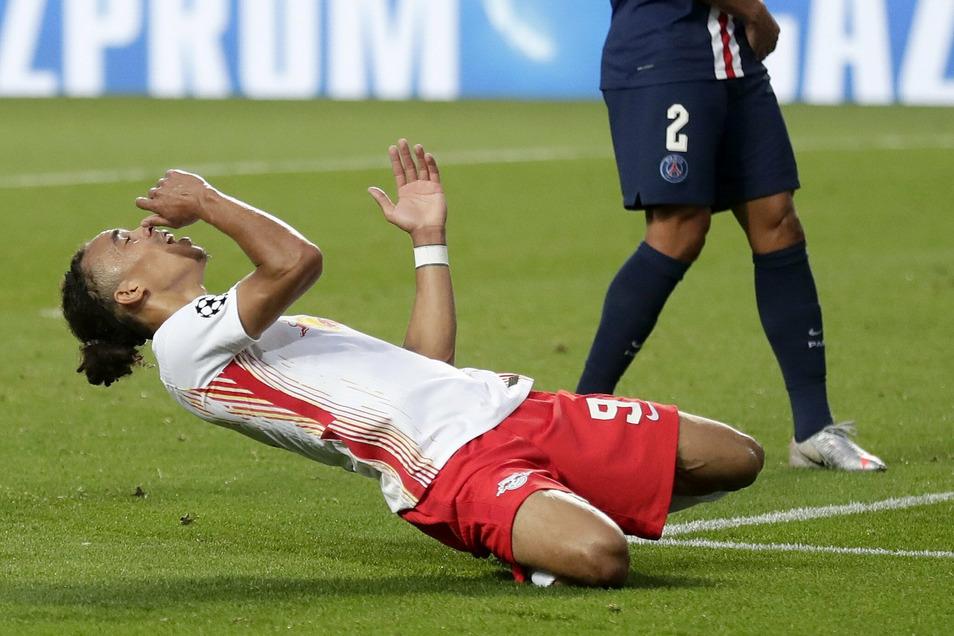 Leipziger Ärger: RB-Profi Yussuf Poulsen geht nach der Niederlage enttäuscht zu Boden.