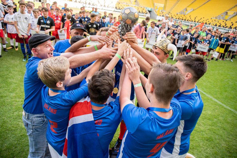 Glückliche Sieger - Island. Von ihnen und allen anderen Teams gibt es hier Kurzvideos.