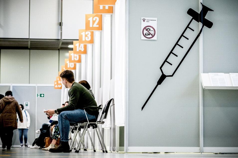 Wenn es nach dem Gesundheitsminister geht, dürften alle Menschen ab 7. Juni einen Impftermin bekommen, auch in Impfzentren.