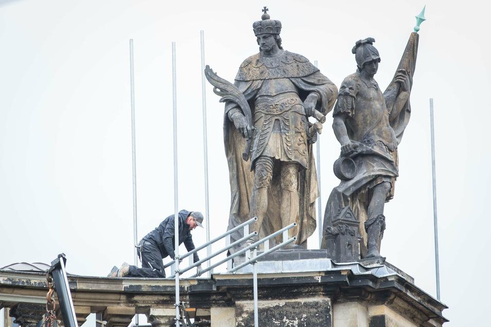 Die Gerüste sind gefallen. Die Schäden an diesen Heiligenfiguren auf der Hofkirche wurden in den vergangenen Wochen beseitigt.