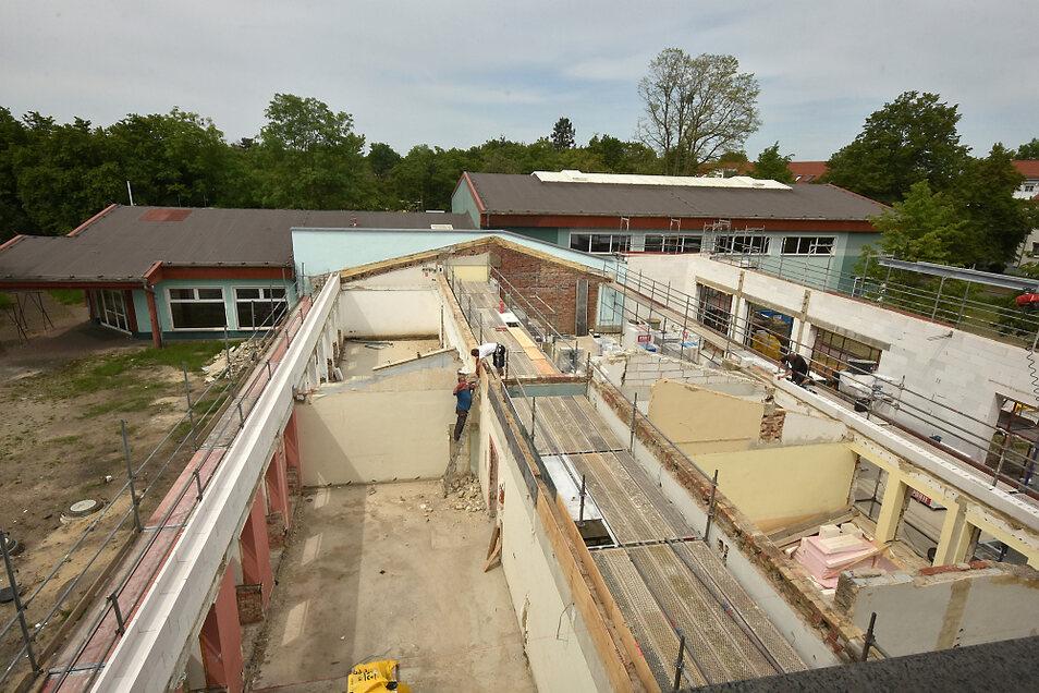 Blick aus Haus I der Schule am Stadtrand auf die 20 Jahre alte Sporthalle und den Zwischenbau, der jetzt erweitert wird. Er erhält ein Pultdach.