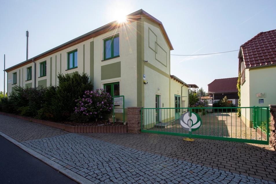 Das Pharmawerk Weinböhla der PWA Dr. Haufe GmbH in der Poststraße, Ecke Bahnhofstraße.