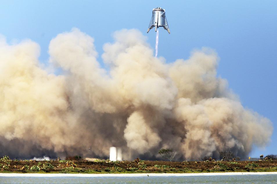 Das US-Raumfahrtunternehmen SpaceX von Tesla-Chef Elon Musk hat erfolgreich einen Prototypen für seine Schwerlastrakete getestet.