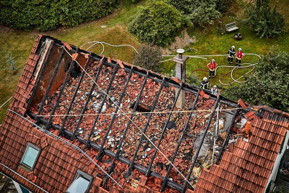 Den Dachstuhl des Wohnhauses hat das Feuer zerstört.