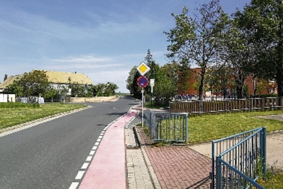 So wie jetzt schon in Richtung Bäckerei wird die Schulstraße auch in der Gegenrichtung als Hauptstraße deklariert.