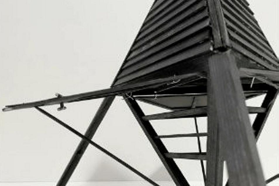 Wie ein Kokon ist die Schutzhütte von Leonard Faust aufgebaut. Die vier dreieckigen Seitenflächen lassen sich wie bei einer Blüte öffnen. Unter den Klappen können Wanderer regensicher sitzen oder Hängematten aufspannen. In dem Tetraeder gibt es zudem zwei Ebenen: Eine zum Sitzen, eine zum Schlafen.