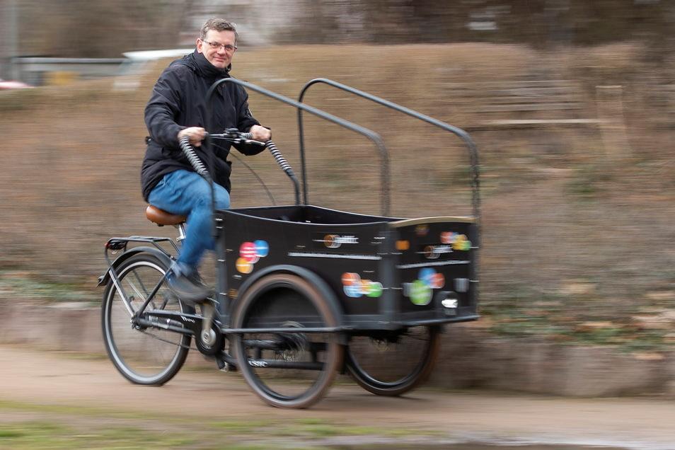 Der Radebeuler ADFC-Sprecher Thomas Weist dreht mit einem Lastenrad eine Runde auf dem Hörningplatz. Das Gefährt kann man ausleihen.