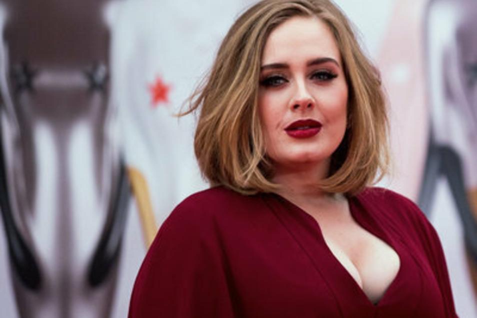 Mittlerweile ist Sängerin Adele deutlich schlanker. Ihre Gewichtsveränderung nimmt sie mit Humor.