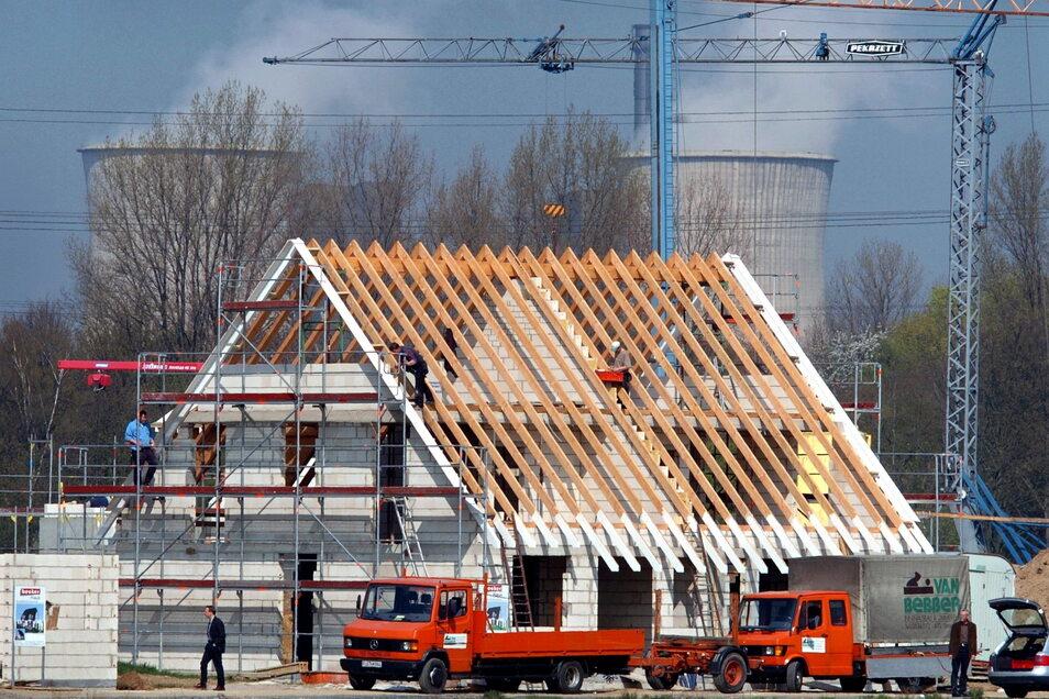 Den Traum vom Eigenheim haben vor allem Familien. In Städten ist aber das Bauland knapp.