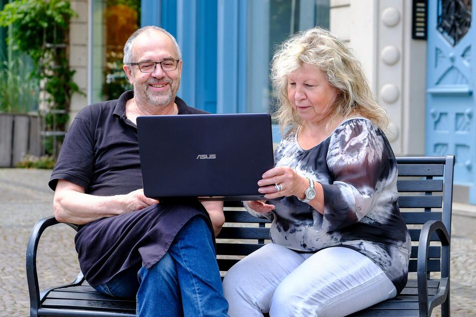Das Video zeigt stellvertretend für alle Händler und Gewerbetreibende, denen nach den Corona-Auswirkungen geholfen werden soll. Gabriele Förster und Peter Pförtsch schauen sich das Video vor ihren Geschäften in der Bahnhofstraße an.