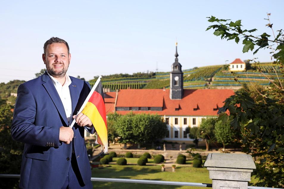 Hat nichts genutzt: Sebastian Fischer mit Deutschlandfahne kurz vor der Wahl vor der schönen Kulisse des Seußlitzer Schlosses. Die Wahl ging verloren, seine Tage als Meißner Kreis-Chef der CDU sind gezählt.