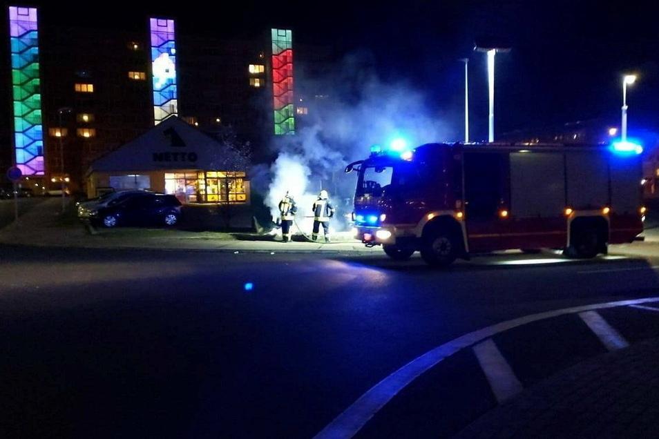 Zu einem brennenden Container musste die Feuerwehr am Nikolaus-Abend an den Netto im Karl-Marx-Ring ausrücken.