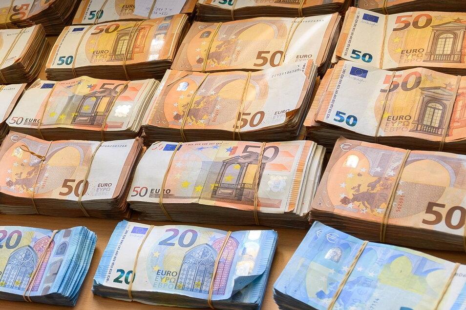 Die 709 Bundestagsabgeordneten bekommen aktuell eine Abgeordnetenentschädigung (Diät) von 10.012,89 Euro im Monat.