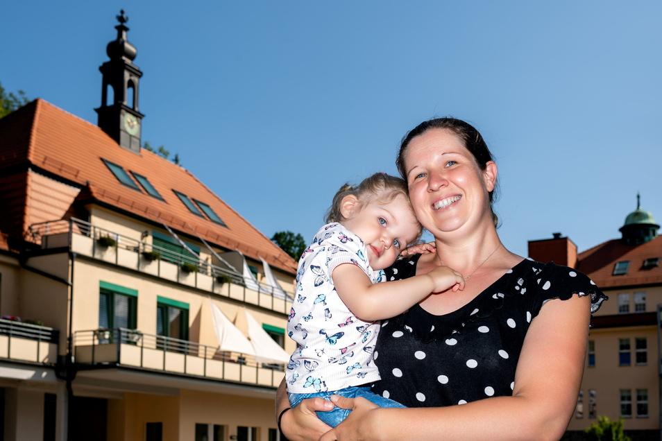 Jana Kahl und Töchterchen Amanda fühlen sich wohl am Kupferhammer in Bautzen, weil es hier so ruhig, grün und doch stadtnah ist.