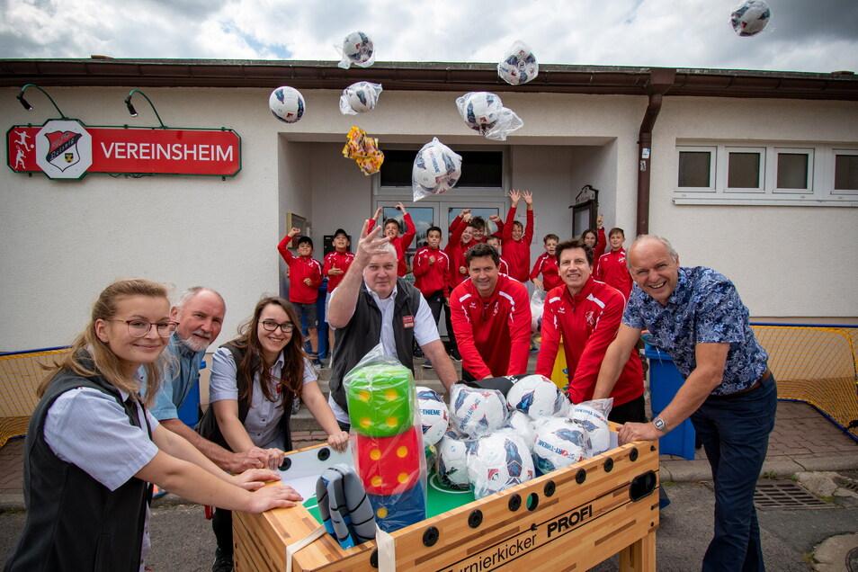 """Über die Aktion """"Scheine für Vereine"""" haben die Fußballer des VfB Leisnig eine Menge Gutscheine generiert, für die sie Bälle und andere Spielgeräte bestellen konnten. An dem Erfolg waren auch die jungen Sportler beteiligt."""