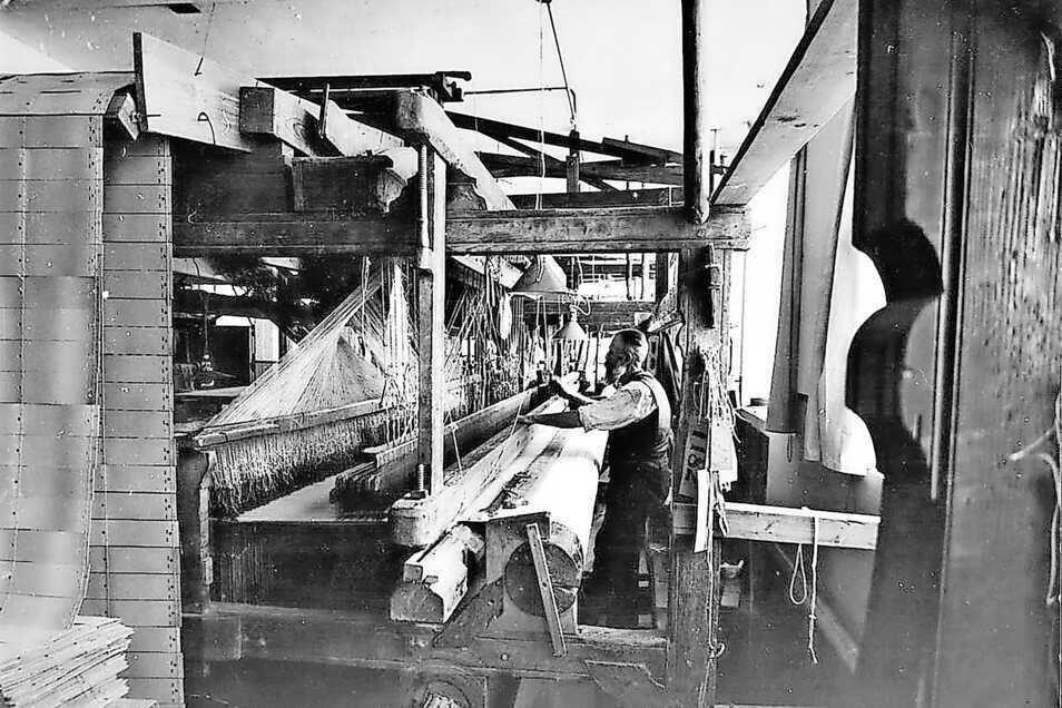 Ein Damastwebstuhl, fotografiert im Jahre 1931. Nachdem die Großschönauer Brüder Lange das Damastweben 1666 in ihren Heimatort gebracht hatten, entwickelte sich die Gemeinde zu einem deutschen Damastzentrum.