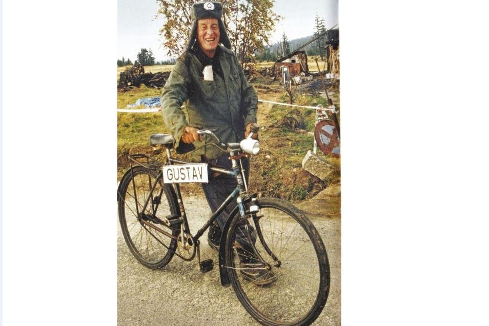 Gustav Ginzel, wie ihn auch viele Oberlausitzer in Erinnerung haben. Schapka und Jacke der NVA sowie das Fahrrad gehörten immer dazu.