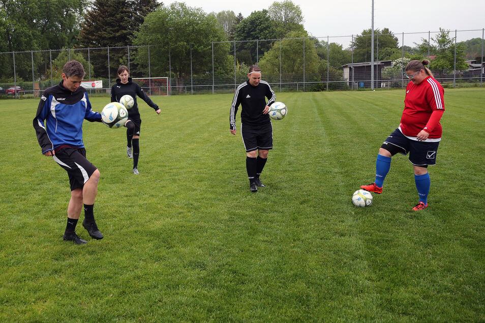 In einer kleinen Trainingsgruppe jonglierten am Freitagabend unter Beachtung der Mindestabstände die Fußballerinnen des ESV Lok Döbeln im Großbauchlitzer Stadion zur Erwärmung.