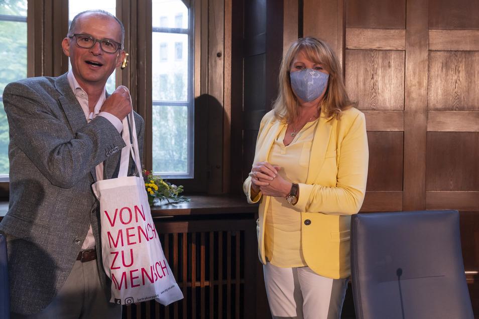 Gesundheitsministerin Petra Köpping zusammen mit Andreas Weigel am Donnerstag in der Staatskanzlei.