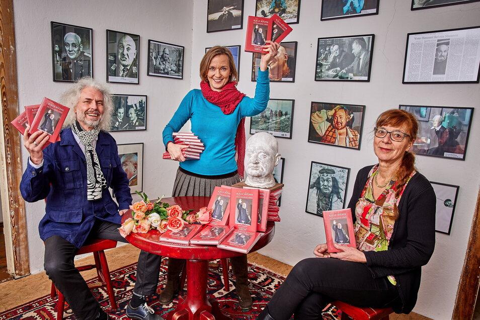 """Josephine Hoppe (Mitte), Thomas Morgenroth (links, schrieb die Texte) und Sylvia Tietze (rechts, gestaltete das Buch) erinnern in """"Rolf Hoppe - ein Schauspielerleben"""" an den Dresdner Schauspieler."""
