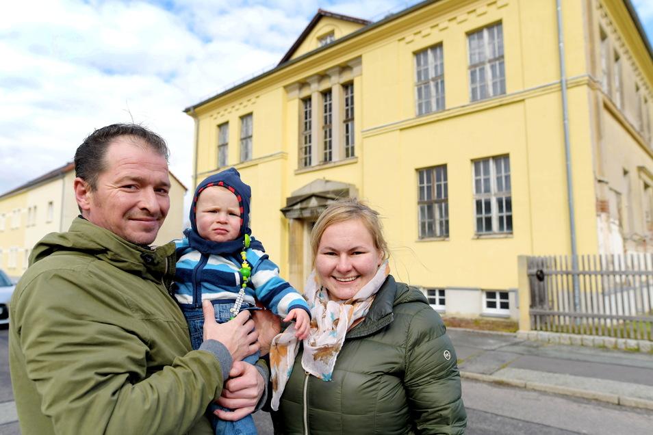 """Karolina Saro und ihr Lebenspartner Stephan Ristau wollen mit ihrem einjährigen Sohn Johannes Frederic auch selbst in die Villa """"Heinrichwerk"""" an der Bahnhofstraße in Ostritz einziehen."""