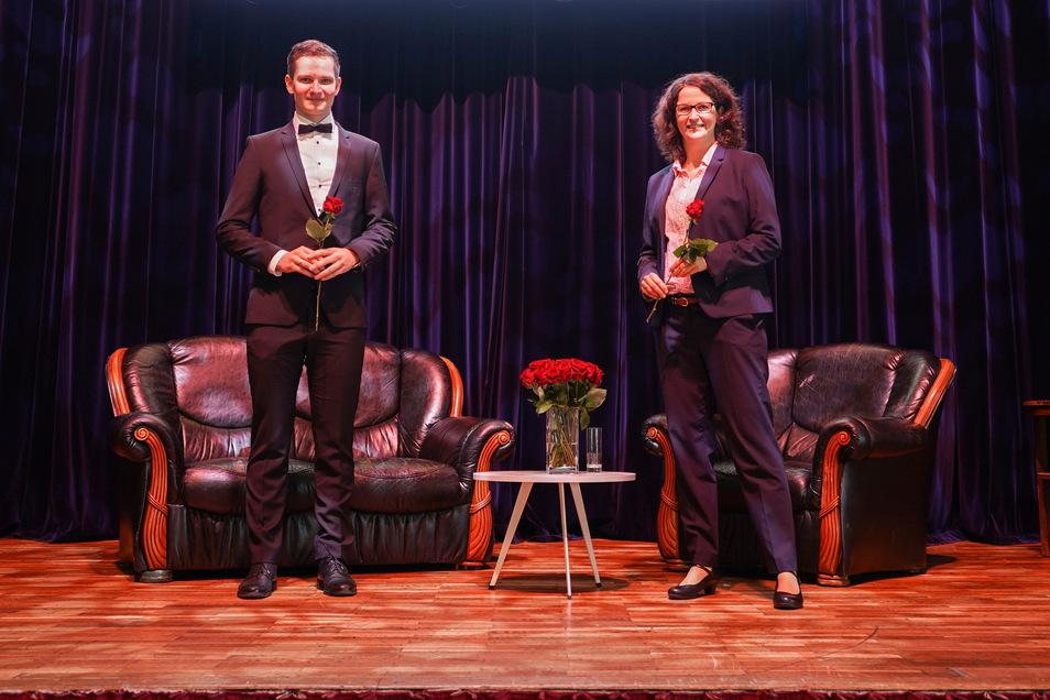 BA-Absolvent Hannes Hildebrandt moderierte die Immatrikulationsfeier in der Stadthalle Stern, hier mit der stellvertretenden Direktorin, Professorin Dr. Katja Soyez.