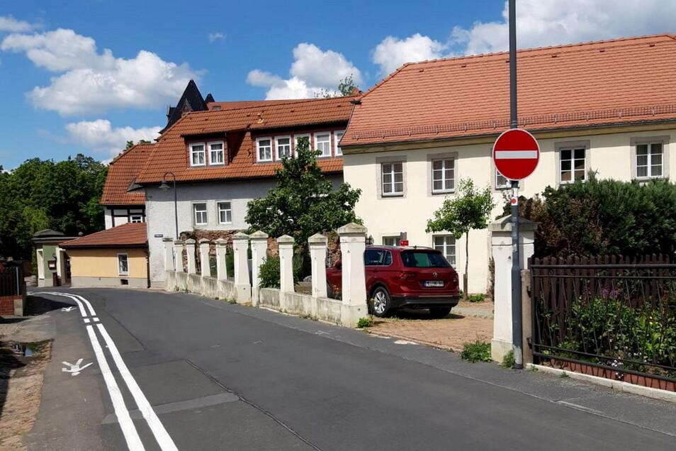 Ein auf die Straße aufgemalter Fußweg sowie eine Einbahnstraßen-Reglung sollen die Sicherheit für Fußgänger auf der Vorbrücker Straße erhöhen.