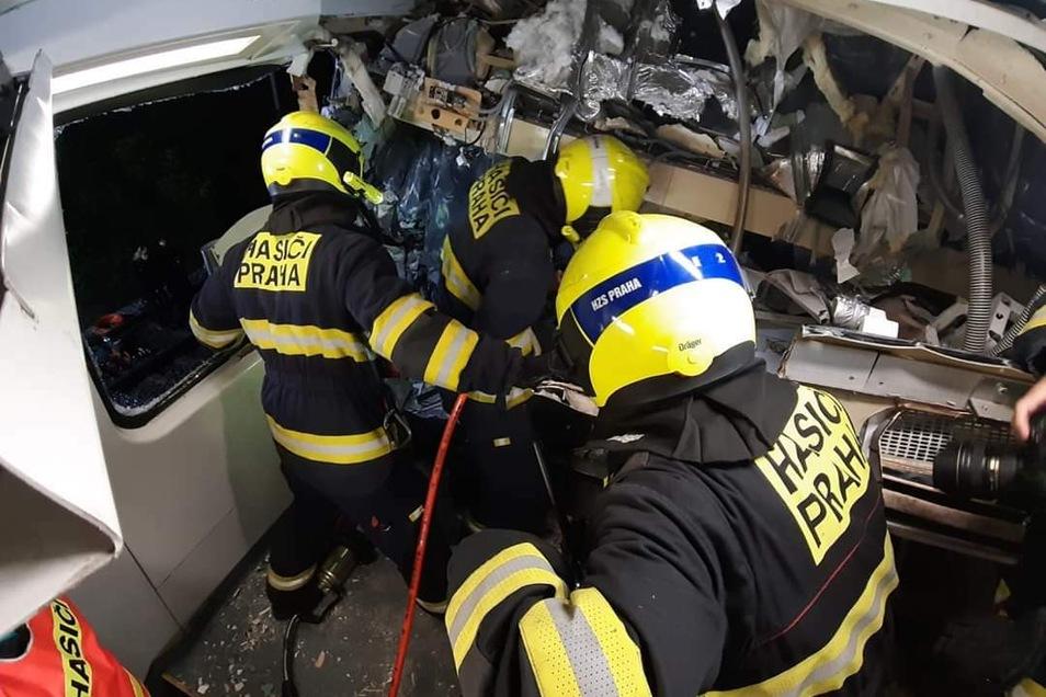 Die Feuerwehr versuchte stundenlang den eingeklemmten Lokführer des Personenzuges zu retten. Ein Notarzt konnte bei ihm nur noch den Tod feststellen.