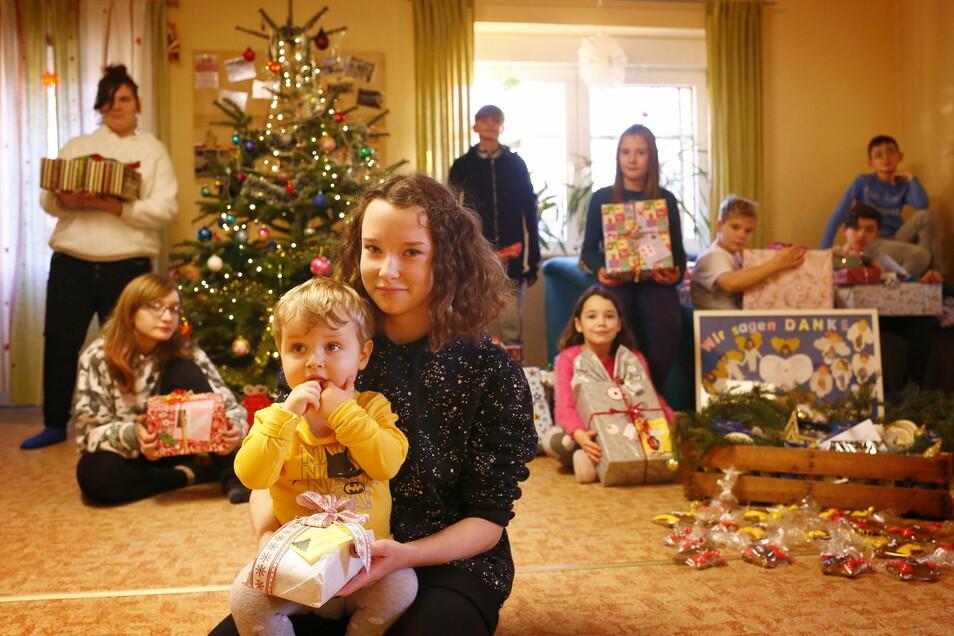 Bescherung in der Kinderwohngruppe des Vereins Bürgerhilfe Sachsen in Gräfenhain. Die Mädchen und Jungen freuen sich schon auf das Auspacken der Geschenke.