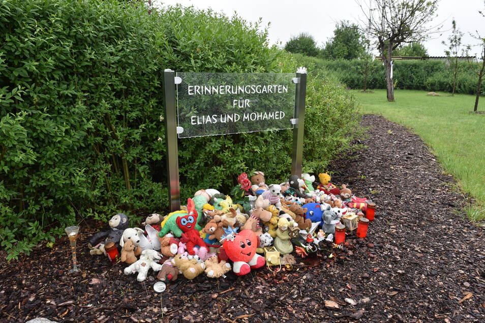 Die Stadt Luckenwalde hat auf der einst von Silvio S. gepachteten 350-Quadratmeter-Parzelle einen Gedenkgarten für die beiden ermordeten Jungen angelegt.