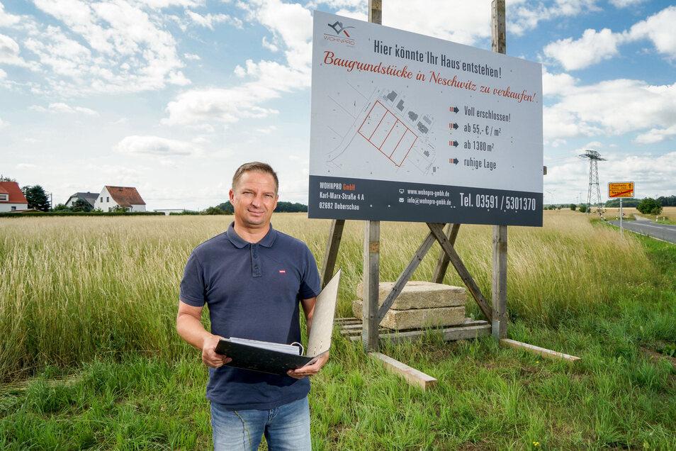 Unternehmer Andreas Ducke hat zwei Bauflächen in Neschwitz erworben. Acht Eigenheime können dort entstehen. Wer will, kann noch in diesem Jahr bauen.