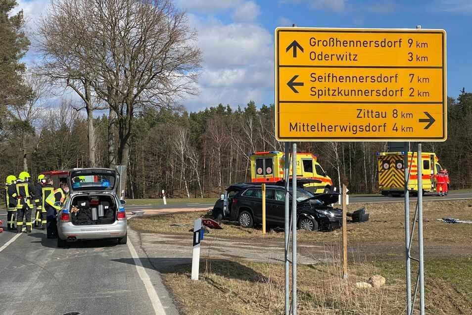 Ein Bild vom jüngsten schweren Unfall an den Kälbersträuchern: Ein Skoda und ein Fiat stießen im März auf der Kreuzung frontal zusammen.