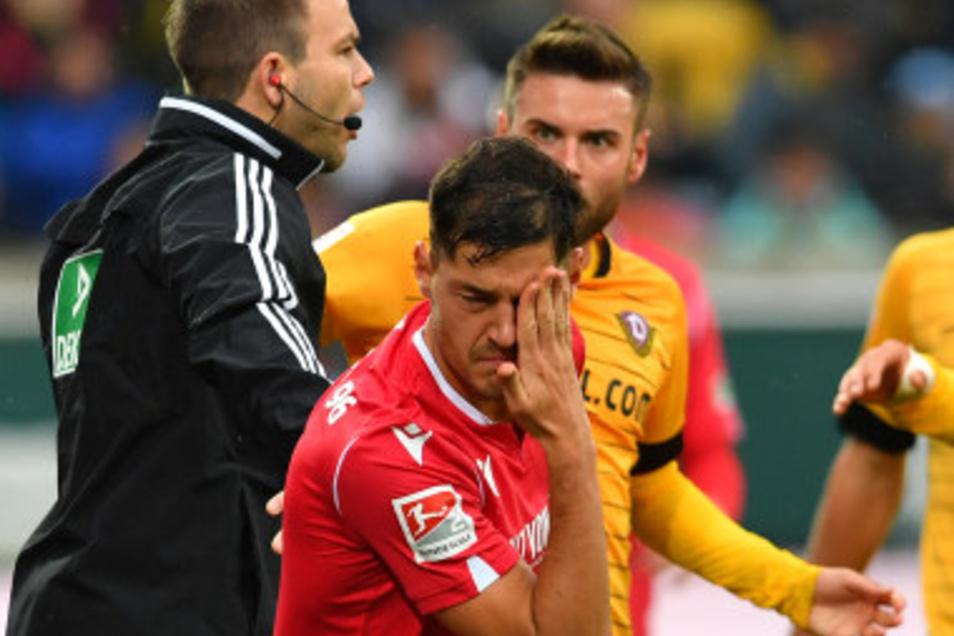 Die Aktion: Niklas Kreuzer geht mit dem Kopf nach vorn, trifft Hannovers Miiko Albornoz leicht im Gesicht...