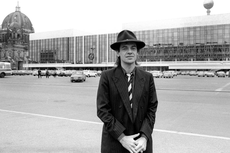 Unbedingt wollte Udo durch die DDR touren. Das wurde ihm verweigert, weil er 1983 bei einem Friedenskonzert im Ostberliner Palast der Republik vor ausgewähltem Publikum auch auf die sowjetischen Raketen in der DDR hingewiesen hatte..