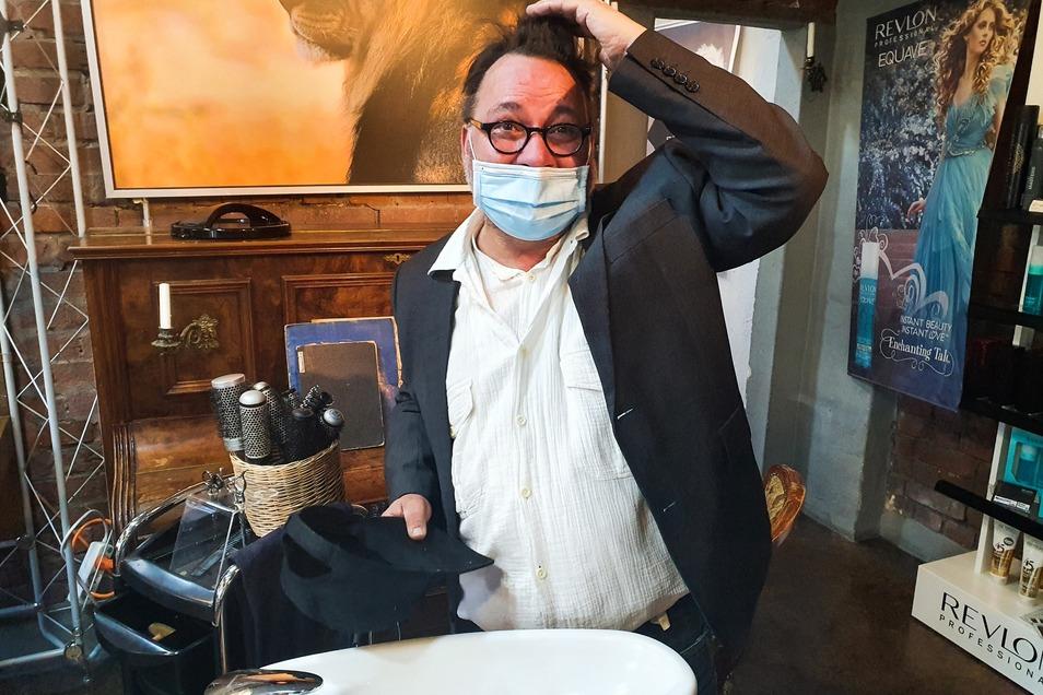 Friseur Falk Döhler wollte am Montag bis Mitternacht im Salon stehen - und hat selbst noch keinen Friseurtermin.