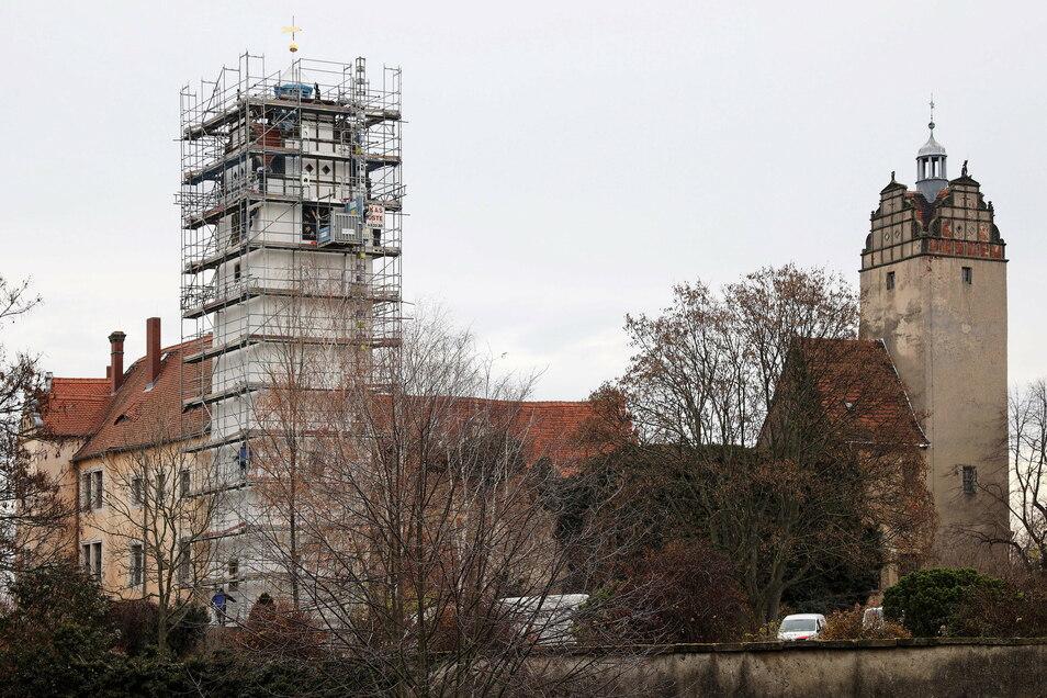 Frisch geputzt: Der Nordturm (links) am Strehlaer Schloss ist fast fertig saniert. Der Südturm (rechts) soll bald folgen.