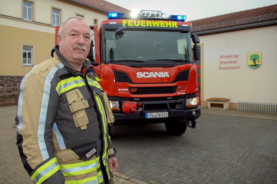Stadtwehrleiter Falk Arnhold vor dem Rüstwagen der Wilsdruffer Feuerwehr, der vom Standort Kesselsdorf zu Einsätzen fährt.